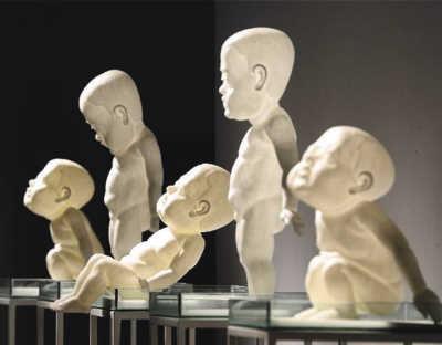 展览上陈汉的雕塑作品《被凝固的记忆》   新华社发 李忠摄