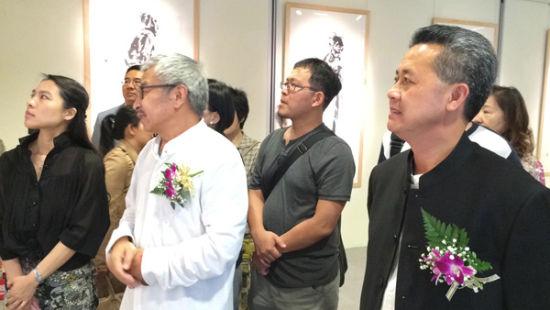 金龙华实业董事长陈柏村(右)与嘉宾、艺术家、观众共同观看展览作品