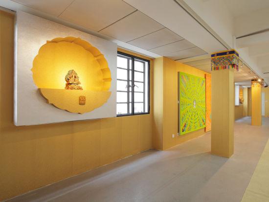 展厅专门设计的作品《顺时针通道》,他买来一些俗气的当代唐卡,用油画