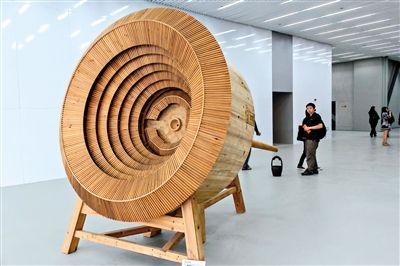 上海双年展一直以上海为母体,思考当代都市文化建设中的问题。图为上届双年展现场。