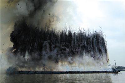 """第一幕 """"挽歌""""黑白烟花束升向空中,又犹如瀑布般垂下来。此后焰火中""""乌鸦""""的黑色翅膀开开合合配上""""乌鸦""""的叫声,让天空中的这幅焰火画更添悲凉气氛。"""
