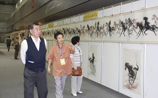 重庆市政协副主席张忠惠观看陈有杰巨幅作品 《百马图》