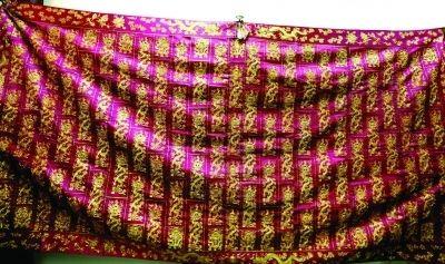 紫衣袈裟上有133條五爪金龍盤旋。