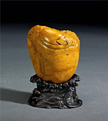 作品名稱:螭虎獻寶484g 作者:郭功森中國工藝美術大師螭虎在中華民族的古老文化中代表神武、力量、權勢、王者風範,更是一種文化載體和歷史縮影。作品中一群螭虎眾星拱月般團聚在寶物四周,作者抓住了螭虎的動感、曲線之美和威嚴而不失可愛的特點,都賦予它們獨一無二的線條,充分發揮自身的石質特性,形成獨特的螭虎魅力,讓觀者細細品味其的文化內涵。