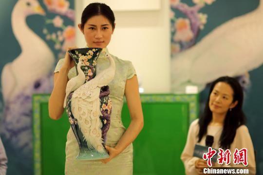 台灣唯美瓷瓶在南京展出。 泱波 攝
