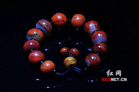 """長沙收藏家""""旭剛""""珍藏的一串紅縞手鍊,將在湖南文物精品展上展出。"""