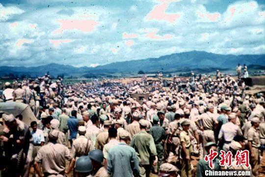 1945年8月21日上午,数千中国军民涌向芷江机场目睹日本投降代表。 当年驻芷江美军约瑟夫供图。 摄