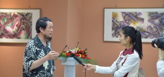 汪京元在画展现场接受青州电视台记者采访